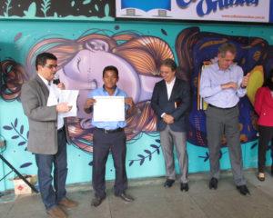 Da esquerda para direita Gustavo Dourado - Presidente da Academia de Letras de Taguatinga faz homenagem e entrega Certificado à Antonio do Livro.